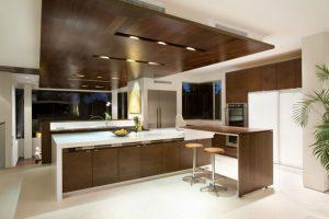 Nội thất gỗ sẫm màu phòng bếp