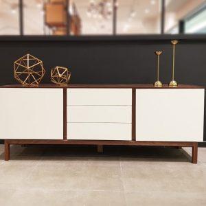 Những mẫu thiết kế kệ tivi hiện đại là sự lựa chọn của đa số người dùng hiện nay bởi sự kết hợp dễ dàng với không gian nội thất phòng khách.